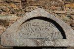 Tympan gravé surmontant la porte sud: MCCCCLXX...XXII Ju... (..)Anton Bonom(...), soit la date du 22 juin 1470 et le nom d'Antonius Bonombra, évêque d'Accia