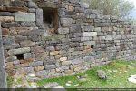 Niche dans le mur sud et trous de charpente