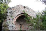 Voûte en cul de four faite de petites pierres contrastant avec les gros blocs de l'abside