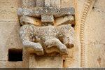 Quadrupède en haut relief: un lion (crinière) aux pattes recourbées (sans doute couché)
