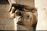 Retombée de l'arcature sur un pilastre peu saillant surmonté d'un chapiteau décoré d'un quadrupède (même disposition à la Canonica)