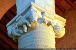 Chapiteau en corbeille décoré d'un quadrupède, de motif en coquille et de double crochet