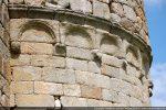 Moulure et bandeau à arcatures sur modillons (abside)