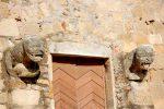 Deux lions réutilisés dans la façade occidentale ainsi que deux blocs ornés d'entrelacs