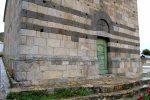 Façade ouest: bandes polychromes de blocs de granit