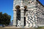 Colonnes du porche-clocher: colonnes trapues avec bases présentant une gorge entourée de deux cordelières;  mur décoré de trois arcs sculptés