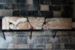 Linteau d'origine endommagé par la foudre en 1969. Incrustations de pierres de couleurs dans les plumes des paons. Sans doute un réemploi d'un édifice précédent