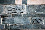 Pierres sculptées du clocher: poissons et cheval (réemploi)