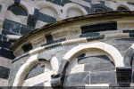 Abside: frise de remploi, cordelière très nette et modillons géométriques
