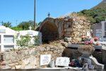 Ruines envahies par les tombes
