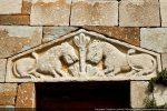 Deux lions se faisant face de part et d'autre d'un arbre stylisé (11e siècle selon G. Moracchini)