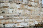 Appareillage du mur: de grandes dalles alternent avec un alignement de pierres plus étroites de nuances différentes