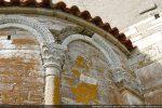 Arc en marbre blanc reposant sur un pilastre (angle nord) et sur une colonnette