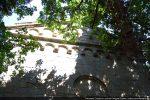 Fronton ouest:  arcatures sous le toit et à la base du triangle