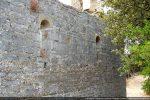 Les murs latéraux sont chacun percés de deux fenêtres (mur nord)