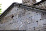 Croix ajourée et corniche moulurée (fronton ouest)