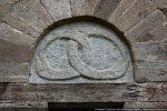 Détail de l'arc et du tympan décoré de deux serpents entrelacés se mordant la queue (porte sud)