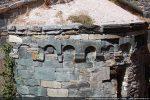 Arcature sur modillons moulurés; corniche en partie disparue