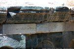 Bandeau composé de blocs sculptés juxtaposés. Ici des motifs stylisés