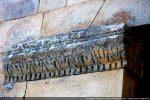 Décor de palmettes entre une cordelette et une rangée de denticules