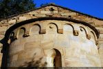 Décor de l'abside: arcs excavés en plein cintre sur modillons; motif de corde en bandeau sous la toiture