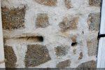 Trous d'arquebuse dans la façade d'une maison