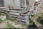 Angle sud-est composé d'un soubassement fait de pierres plates