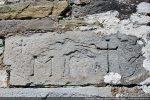 Dans l'angle nord-est : une pierre avec une date (?) et une croix