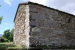 Angle nord-est, lui aussi bien marqué par des blocs romans
