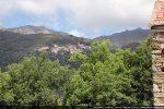 Vue vers Lento et, sur la hauteur, la chapelle San Cervone
