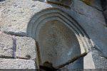 Archivolte échancrée en arc brisé avec triple moulure (fenêtre absidiale)