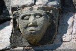 Modillon sculpté d'une tête humaine. Importance des yeux (voir) et des oreilles (entendre)