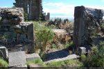 Côté ouest: porte centrale avec piédroits monolithes