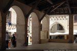 Loggia devant l'église, siège de la vie citadine. On y tenait conseil et on y rendait la justice. En sous-sol, une immense citerne