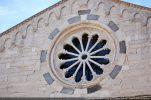 Rosace (restaurée) soulignée par un bandeau fait de pierres blanches et foncées mises en alternance