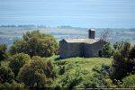 La chapelle domine la plaine jusqu'à la mer