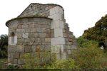 Abside et départ du mur nord presqu'entièrement disparu (angle reconstruit de pierres blanches)