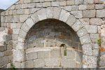 Bandeau de tuffeau clair soulignant le chœur et passant de part et d'autre de la fenêtre centrale