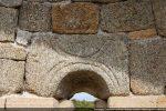 Archivolte décorée de lignes concentriques disposées à la tangente (remploi de l'édifice de la fin du 10e-début 11e siècle)