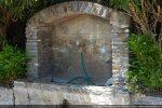 Fontaine avec remploi d'un linteau venant de l'église Santa Maria