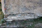 Détail de la base du mur oriental: seules les premières assises de petites pierres sont  régulièrement disposées