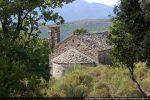 La chapelle San Martino située à mi-pente face à la vallée; toit en teghie