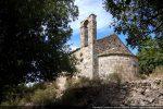 La chapelle est construite sur une importante terrasse avec mur de soutènement au sud