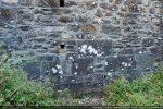 Détail du mur nord: mélange de dalles et de petites pierres