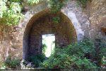 Abside rectangulaire avec arc triomphal (une porte a été percée sans doute au 17e siècle dans le chœur primitif)