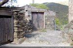 Passer deux portillons gris en traversant la place U Cimunellu et monter vers le sommet