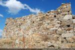 Mur sud: mur reconstruit, au centre, avec des blocs bien taillés mais mis sans ordre ni alignement