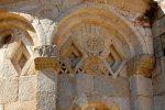 Détail de l'abside vers l'angle nord-est: délicat jeu de reliefs et d'éléments sculptés