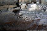 Successivement de la gauche vers la droite: sol en place fait de mortier de tuileaux (entre le 4e et le 6e siècle), base d'un pilier médiéval, sol fait de galets (12e siècle)