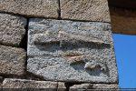 Pierre sculptée: couteau et une arme symbolisant peut-être le rôle judiciaire des églises piévanes